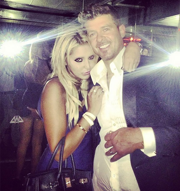 Robin Thicke lets his fingers do the walking